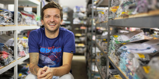 5484462ce1 Ele vende 10 mil camisetas por mês. Só pela internet