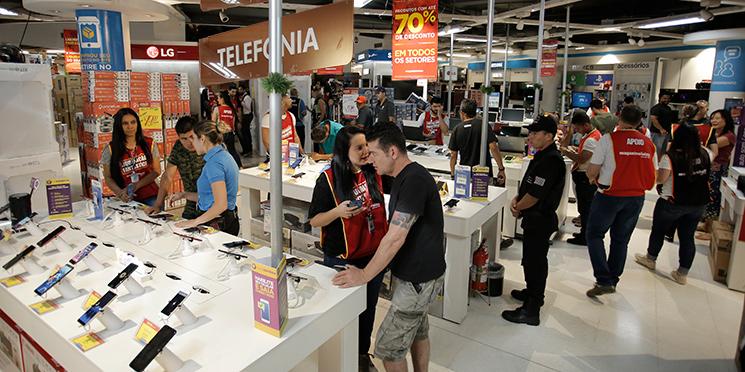 93ad3376ba3 Redes varejistas como o Magazine Luiza (na foto) ofereceram descontos de  até 70% até em eletroeletrônicos. Mas